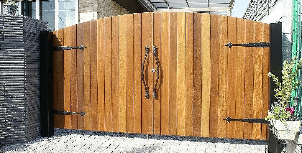 オーダーメイド 木の門扉 ローアイアンのドアーハンドル、飾りヒンジをついたオシャレな門扉。