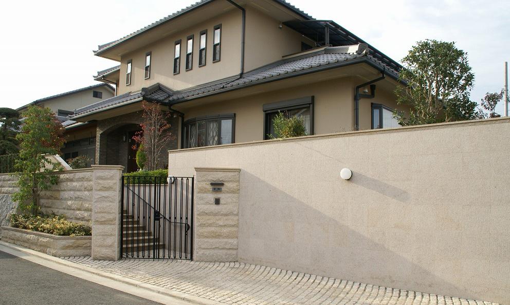 鉄の創作門扉 シンプルデザイン、石の門と鉄の門扉、重厚なも門構え。