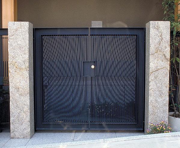 鉄の創作門扉、鉄の線が織りなす多彩な表情。