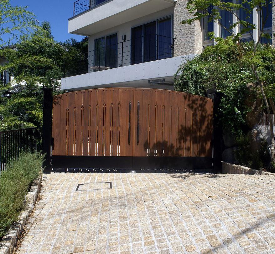 木の門扉(電動両開き)オーダーメイド、アールの付いたおしゃれなデザイン。邸宅に相応しい門構え。